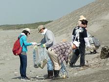 本社所在地である浜松市の地域清掃活動(中田島砂丘の清掃)に参加